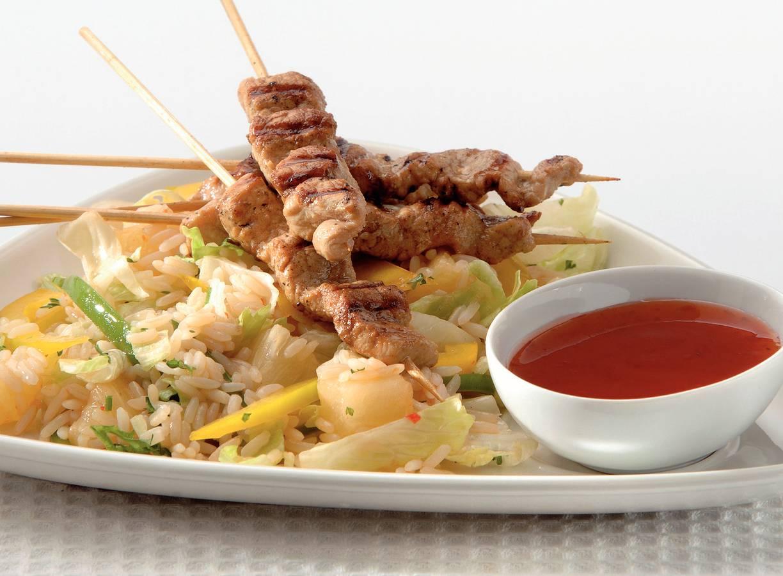Oosterse vleesspiesjes met rijstsalade