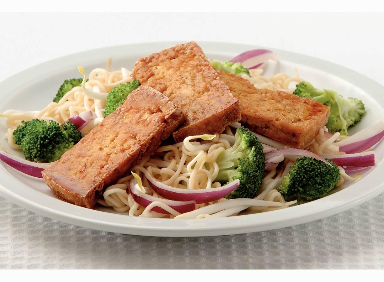 Krokante tofu met Thaise noedelsalade