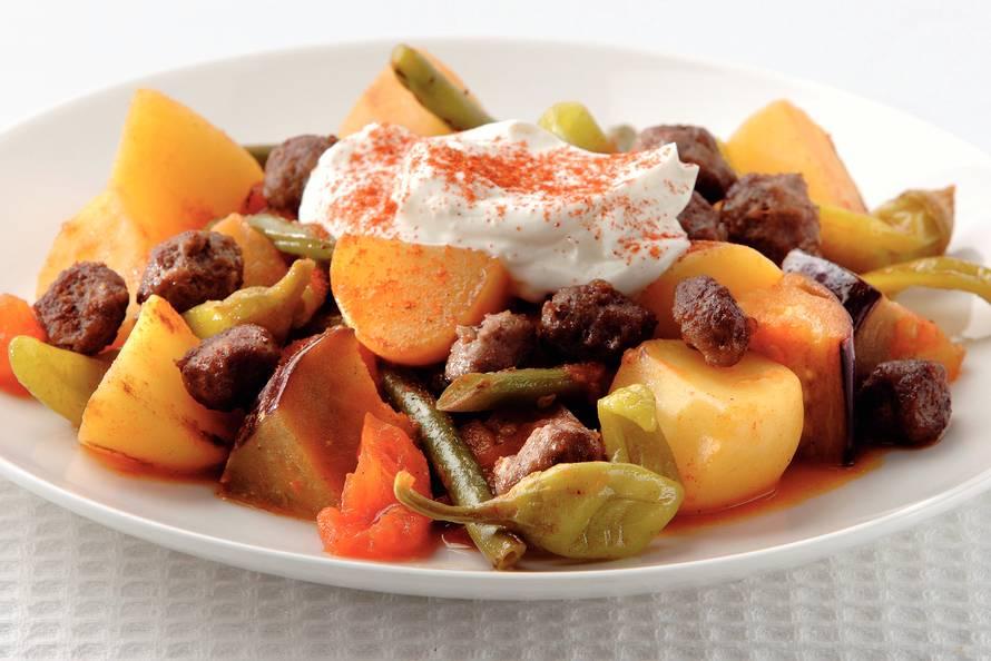 Turkse groenten met yoghurt en gehakt