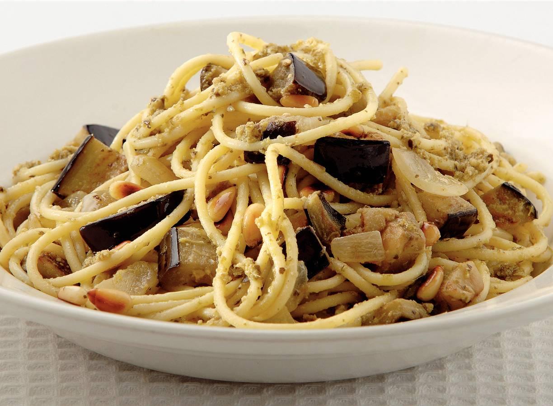 Spaghetti met aubergine en pesto