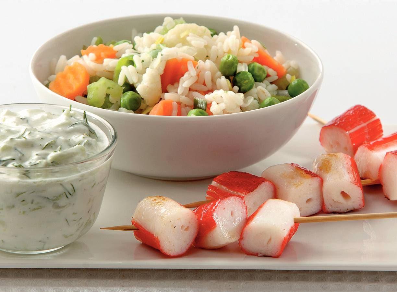 Krabspiesjes met gekleurde rijst