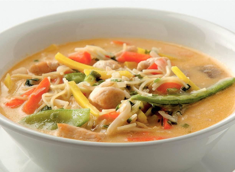 Thaise kippen-groentesoep met noedels