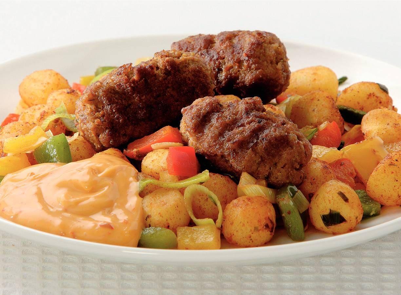 Kebab en gewokte paprika met krieltjes