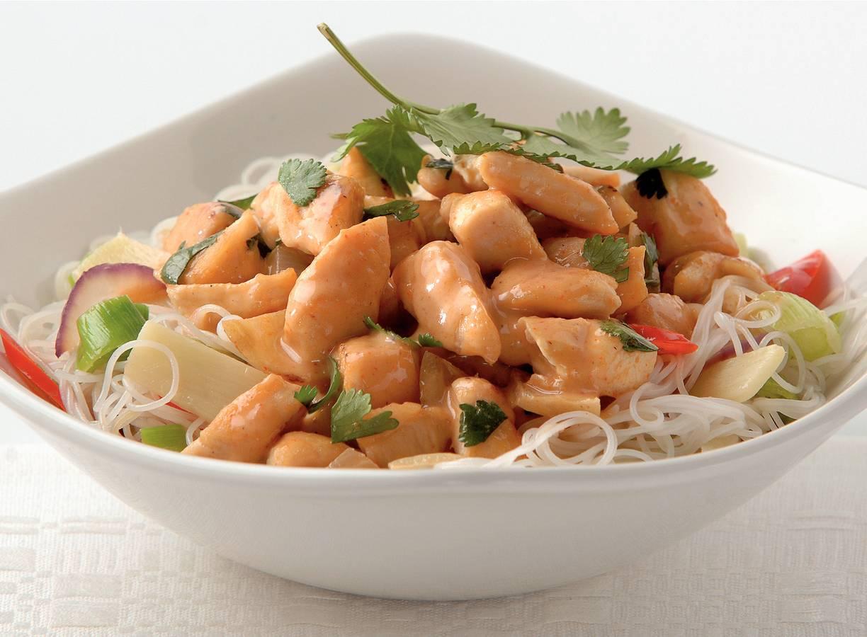 Thaise kipcurry met groentenoedels