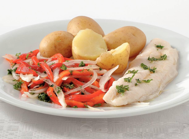 Pangasius, nieuwe aardappelen en paprika