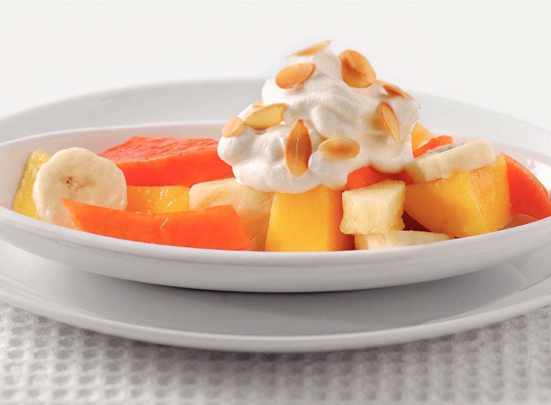 Tropische fruitsalade met citroenroom
