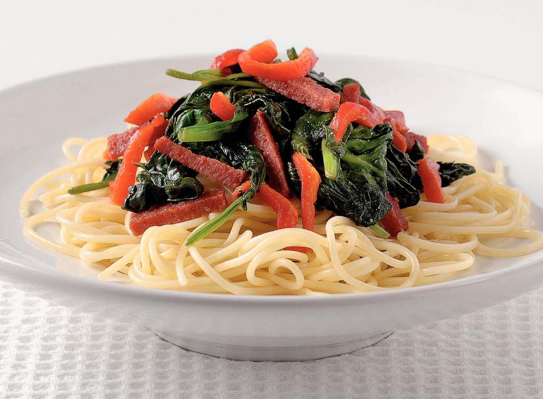 Spaghettini met spinazie en salami