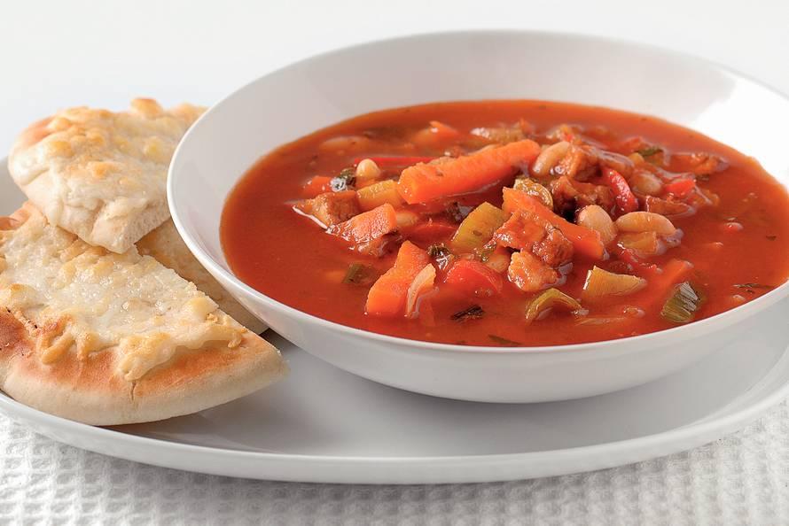 Stevige tomatensoep met kaasbroodjes