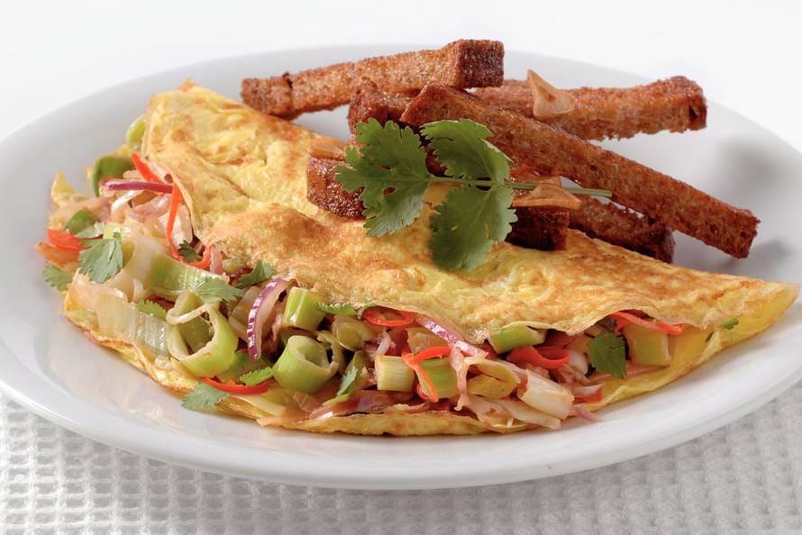 Thaise groenteomelet met knoflooksoldaatjes
