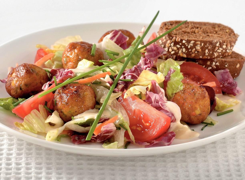 Salade met groenteballetjes en caesardressing