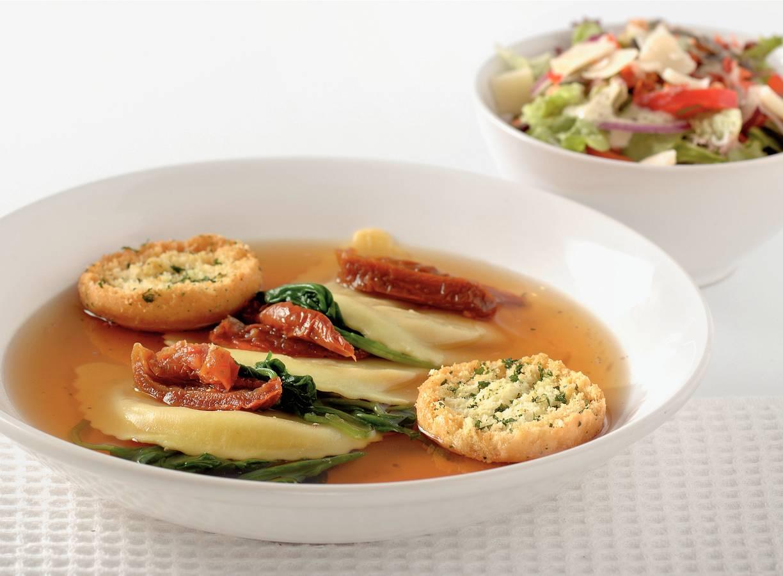 Pasta in bouillon van zongedroogde tomaten