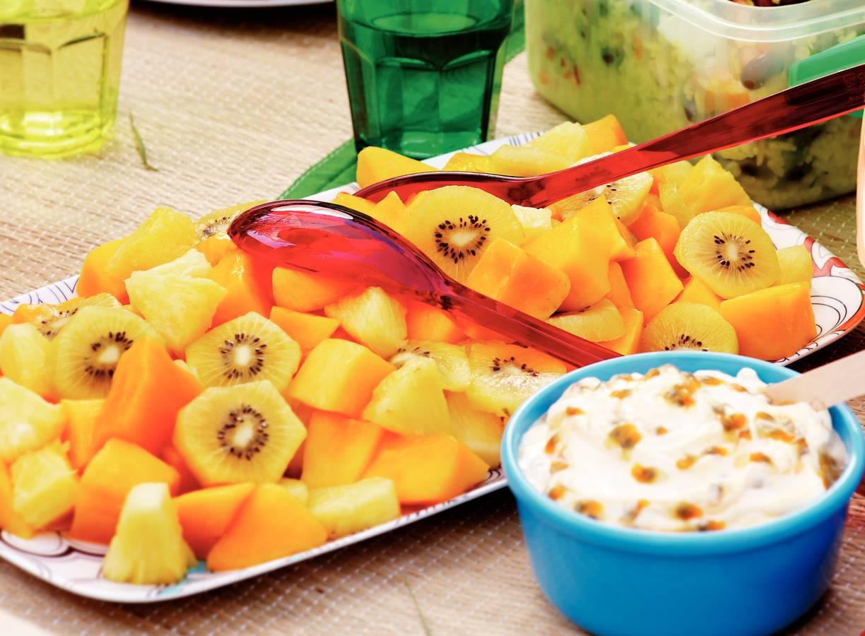 Tropische fruitsalade met passievruchtenroom