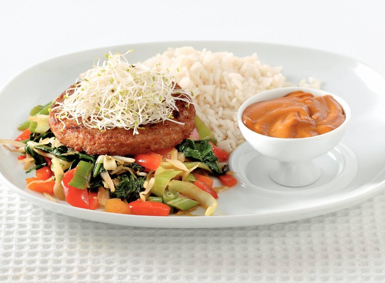 Roerbaksalade met satéburger