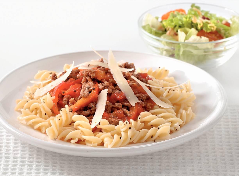 Fusilli met tomaten-paprikasaus en gehakt