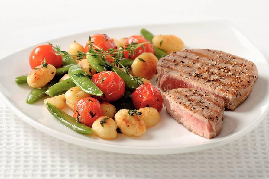 gnocchi met tomaat, tijm en tonijn - recept - allerhande - albert heijn