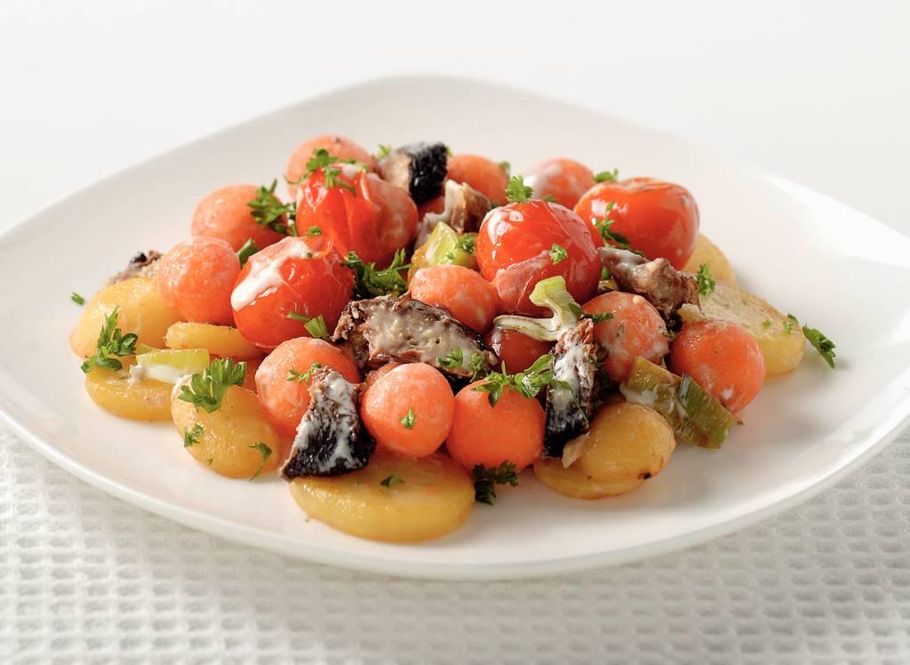 Lauwwarme salade met gerookte haring