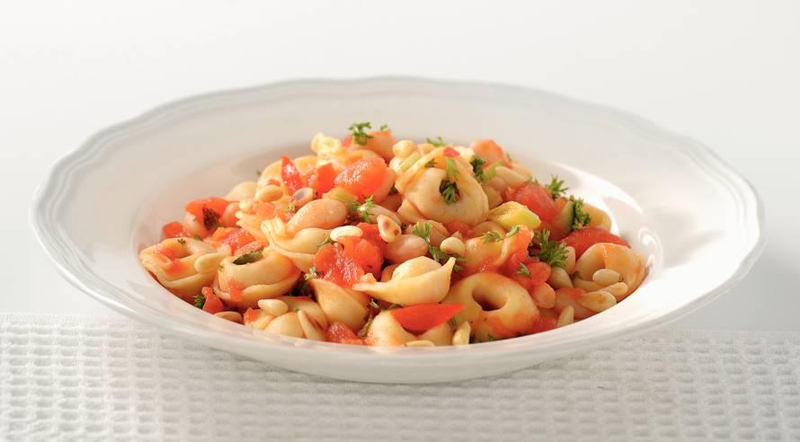 Tortellini met tomaat en pijnboompitten