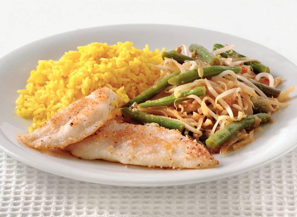Gepaneerde pangasiusfilet met gele rijst