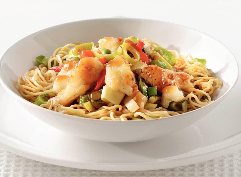 Chinese wokvis met groenten en mie