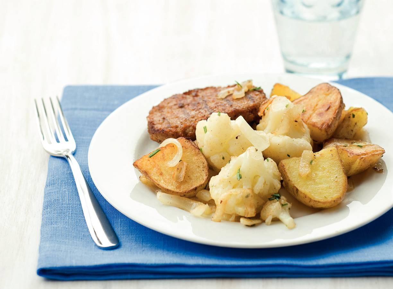 Vegaburgers met aardappelen en bloemkool
