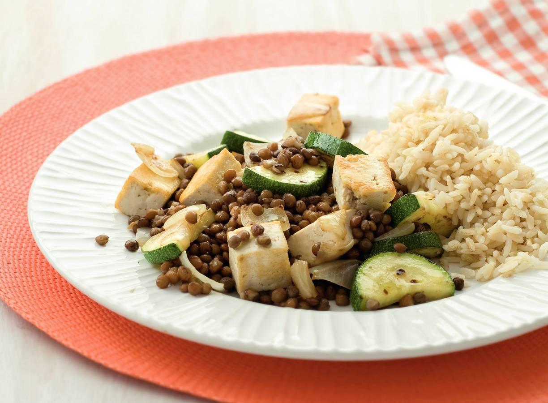 Roerbakmaaltje met linzen, tofu en courgette