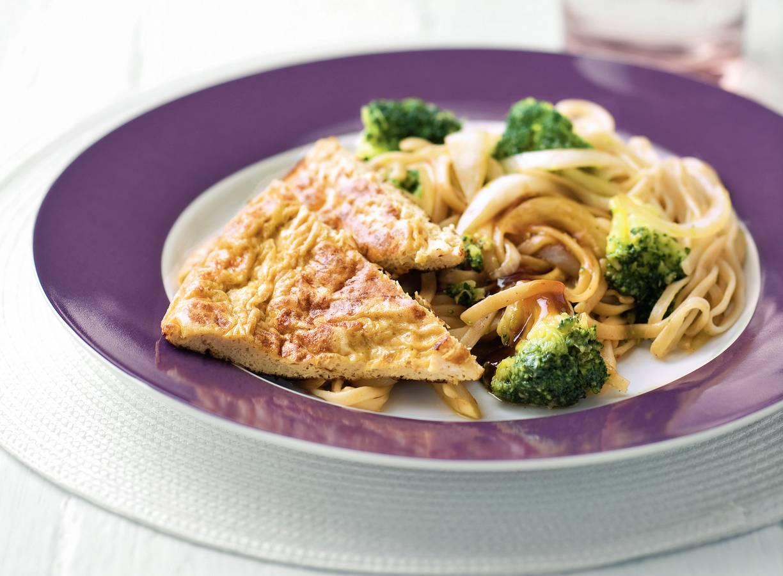 Ketjap-sesamomelet met broccoli en mie