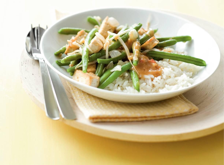 Sajoer van boontjes, taugé en tofu