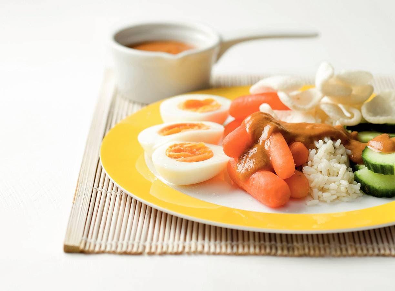 Indische groenteschotel met eieren en pindasaus