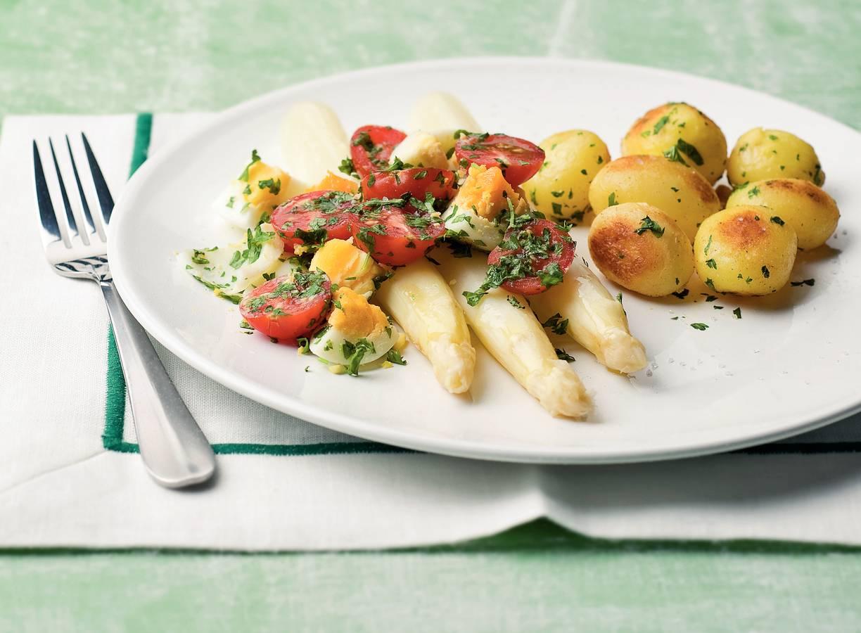 Witte asperges met tomaten en eieren