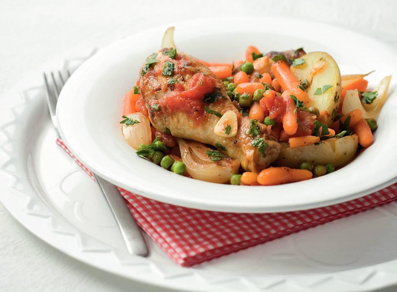 Gestoofde kip met tuinerwten en worteltjes