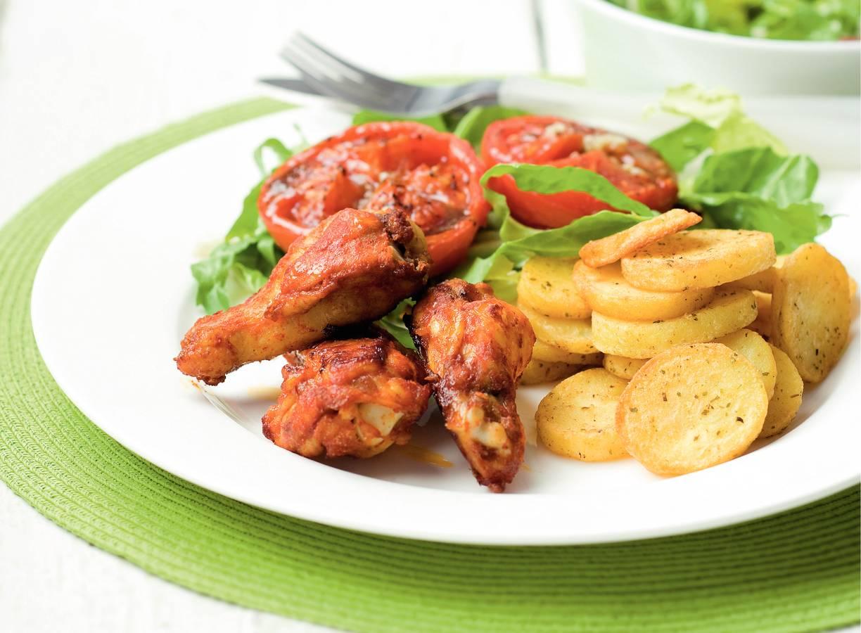 Kruidige aardappelschijfjes en kip uit de oven