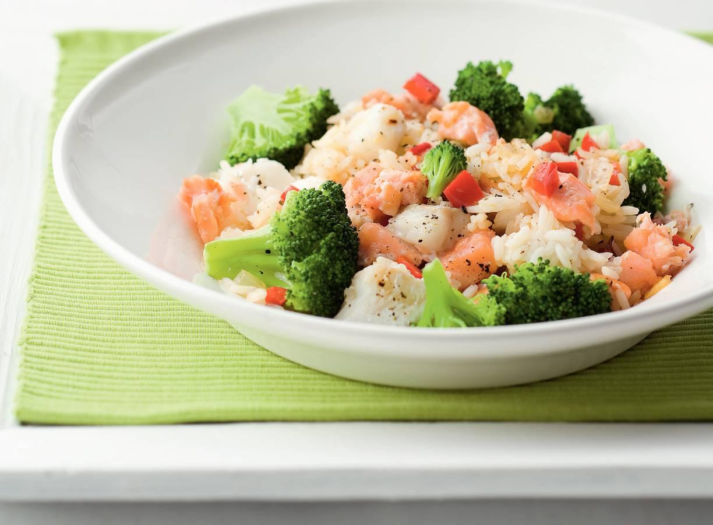 Gebakken rijst met gerookte zalm en broccoli