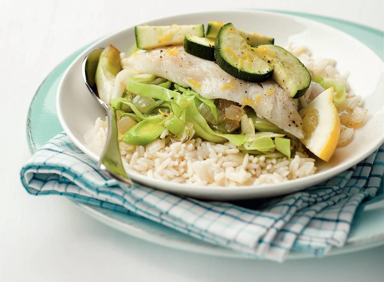 Gestoofde vis met roerbak van groenten