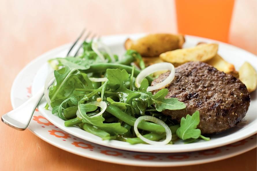 Hamburger met rucola-bonensalade