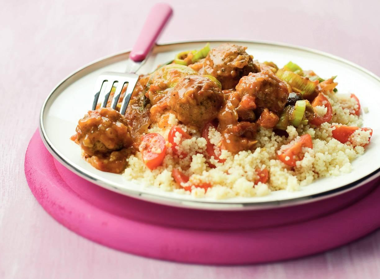 Couscous met falafel in kruidige saus