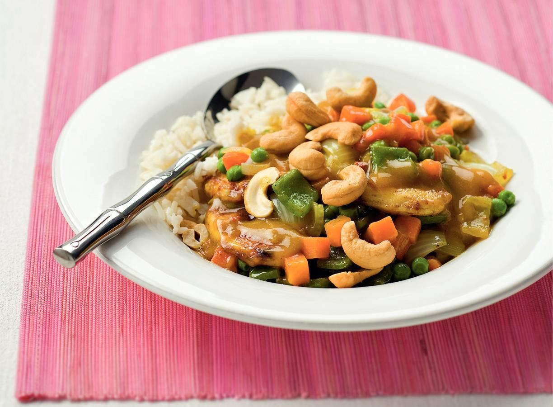 Kerriekip met rijst en cashewnoten