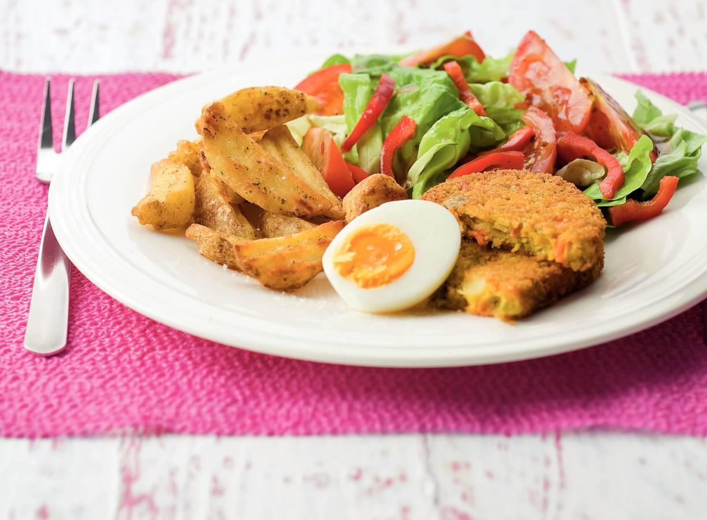Groenteschijf met sla en kruidige aardappelpartjes