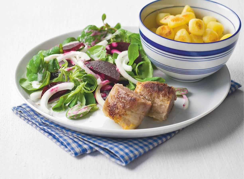 Slaburger met bietensalade en krieltjes