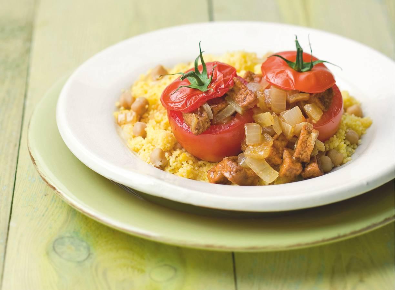 Couscous met kikkererwten en gevulde tomaten