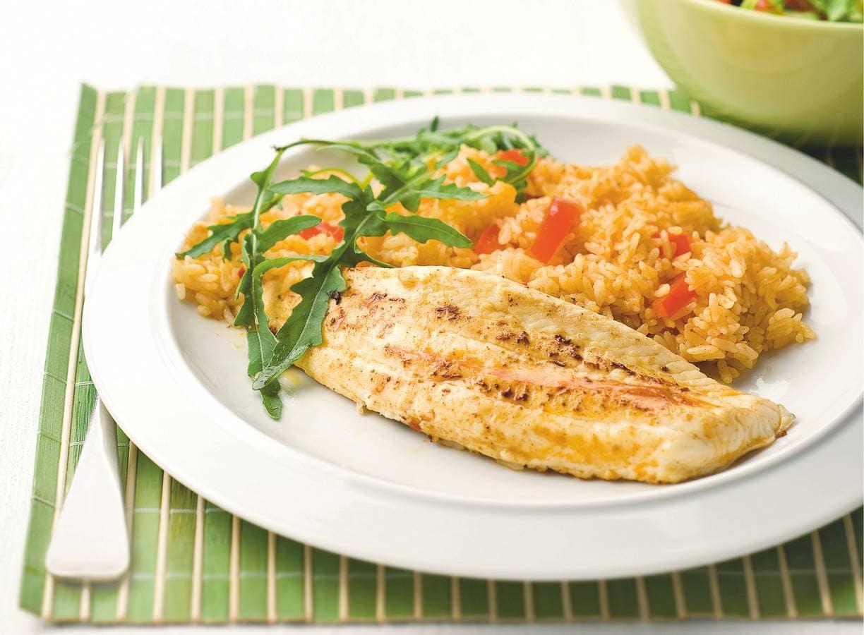 Pikante vis met rijst en frisse salade