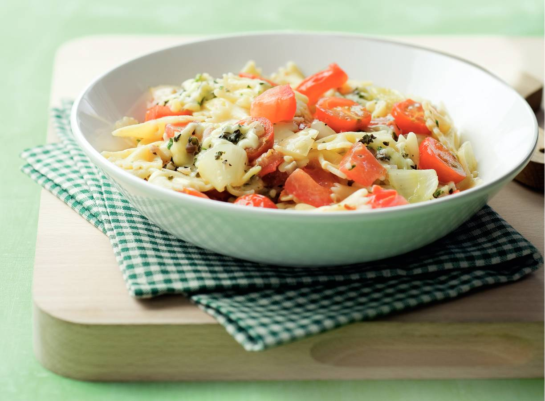 Vegetarische macaroni met kruidige tomatensaus