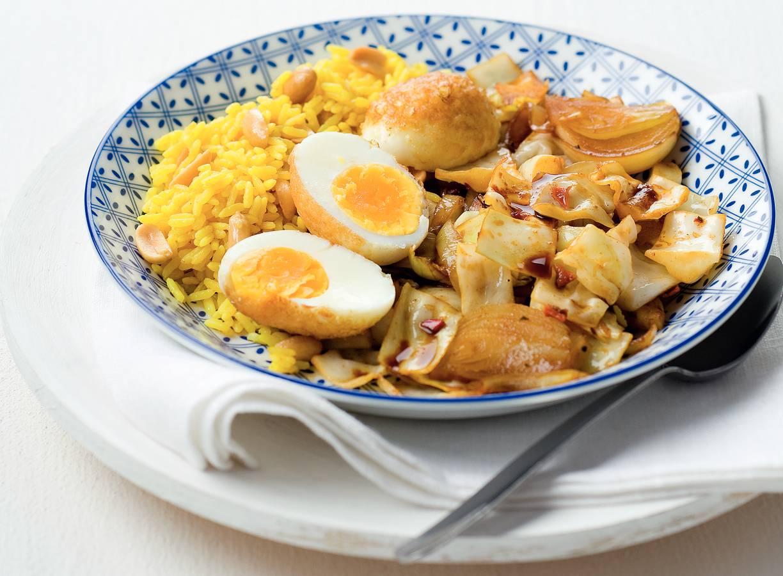 Oosterse koolschotel met ei en gele rijst
