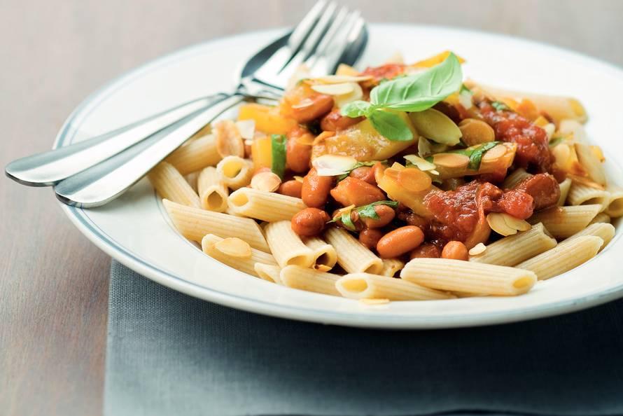Bonenschotel met pasta en amandelen