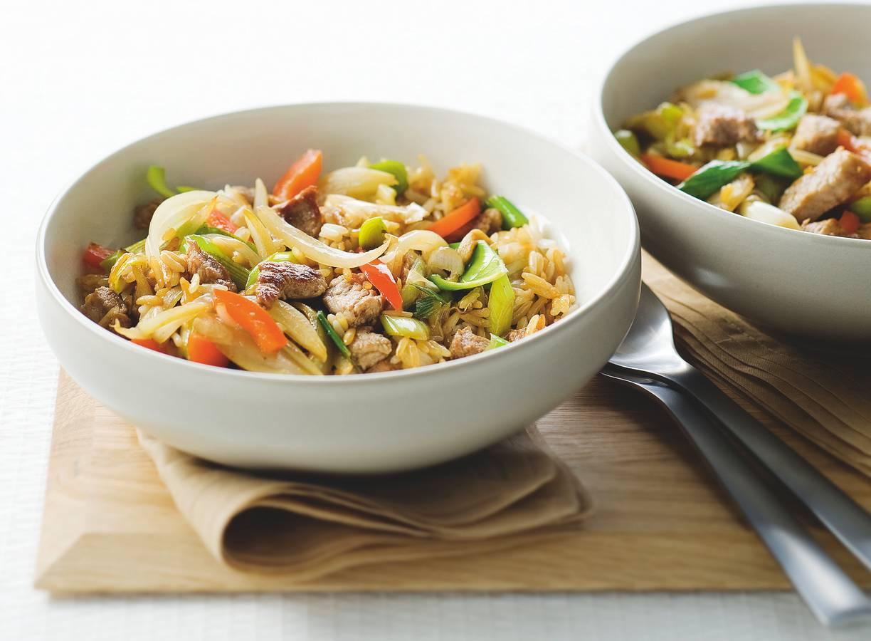 Bonte nasi goreng met prei en paprika