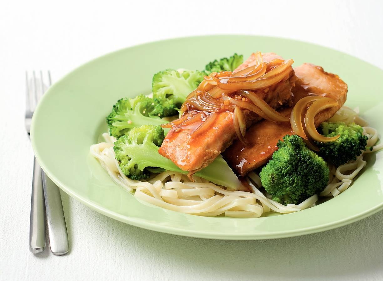 Mie met broccoli, zalm en gembersaus