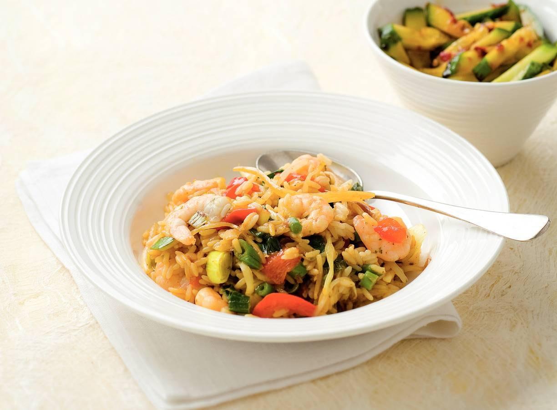 Nasi met roerbakgroente en garnalen