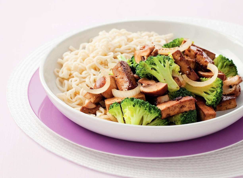 Eiernoedels met groenten en tofu