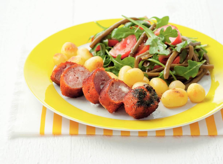Boomstammetje met tomaten-bonensalade