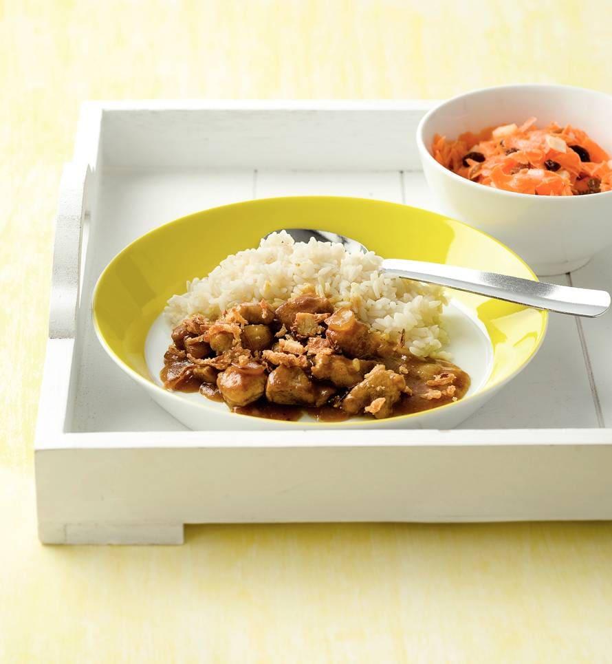 Gestoofd vlees met rijst en wortel-rozijnensalade