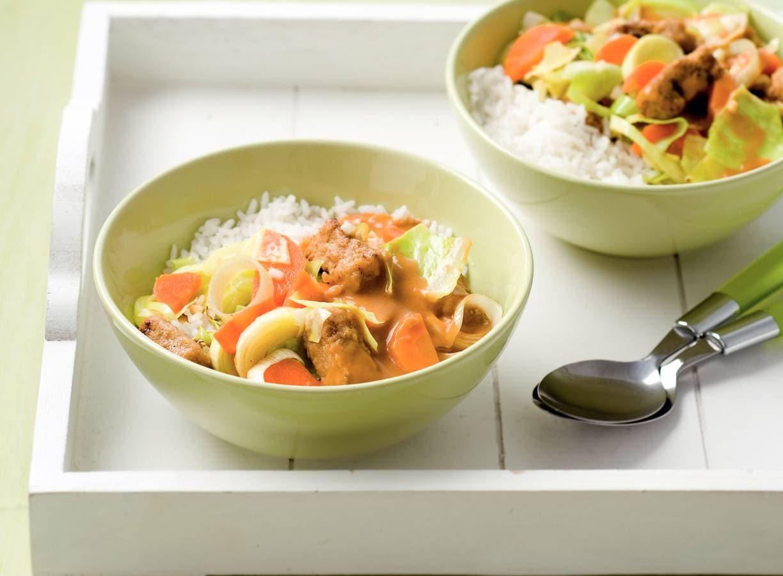 Wokblokjes met groenten in pindasaus